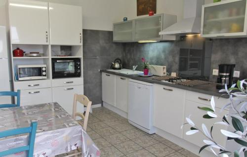 A kitchen or kitchenette at Holiday home Route d´Orange