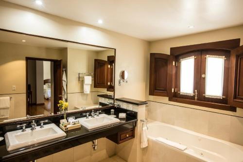 A bathroom at Villa Maria Cristina Hotel