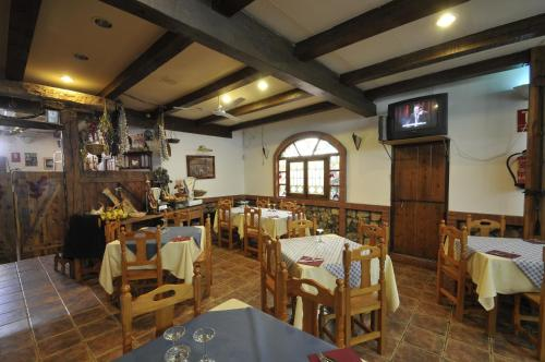 Un restaurante o sitio para comer en Hospedaje Rural Casa Parri