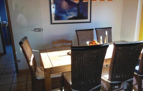 Ein Restaurant oder anderes Speiselokal in der Unterkunft Ferienhaus Holunderweg A