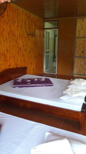 A bed or beds in a room at Ba Be Lake Homestay - Quynh Chi