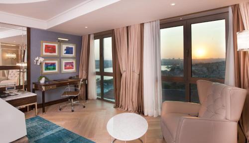 Een zitgedeelte bij Radisson Blu Hotel Istanbul Pera