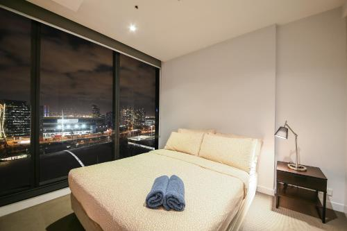 A bed or beds in a room at Cadenza on Spencer in Melbourne CBD