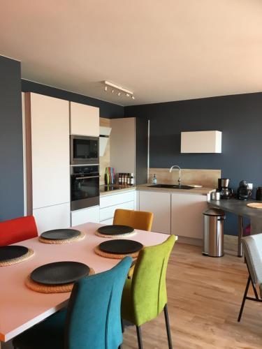 Cuisine ou kitchenette dans l'établissement OZIN 2 : Les Terrasses De La Falaise Boulonnaise pour 6 personnes