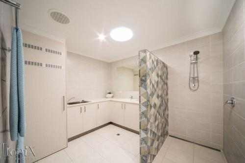 A bathroom at Airlie on Main Street - Central Airlie Beach Apartment with Ocean Views