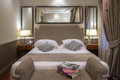 A bed or beds in a room at Hotel Lunetta