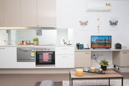 A kitchen or kitchenette at A Cozy CBD Apt Next to Southern Cross