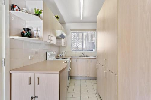 A kitchen or kitchenette at Bay Blue @ Nelson Bay- just 3 minutes walk to Flypoint Beach and 10 minutes walk to Little Beach