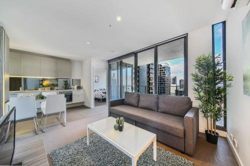 A seating area at A Cozy 2BR Apt Next to Southern Cross + City Views