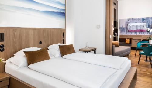 A bed or beds in a room at Boutique Hotel am Stephansplatz