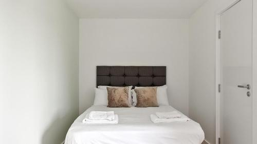 A bed or beds in a room at Comfortable studio in Oldham, minutes to Royal Oldham Hospital