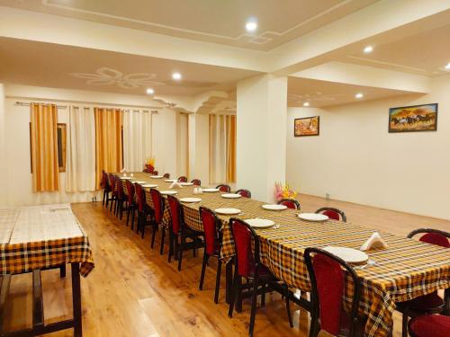 A restaurant or other place to eat at Shaolin Ladakh