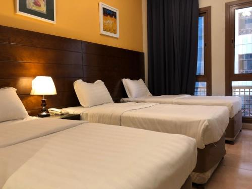 سرير أو أسرّة في غرفة في فندق منازل الأسواف