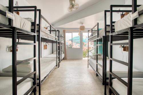 Een stapelbed of stapelbedden in een kamer bij Selina La Fortuna