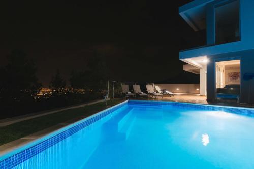 The swimming pool at or close to Villas Alfa & Omega