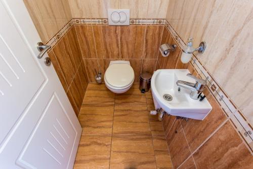 A bathroom at Luxury Apartment Hotel Siófok