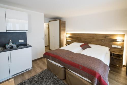 A kitchen or kitchenette at B-Inn Apartments Zermatt