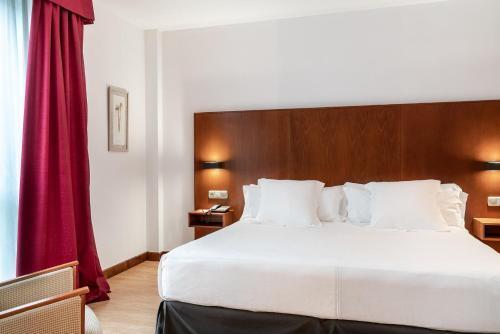 A bed or beds in a room at Vincci Ciudad de Salamanca