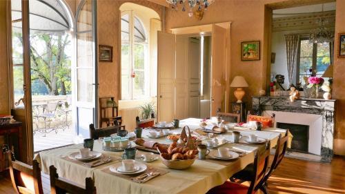 A restaurant or other place to eat at Chambres d'hôtes au Château De Preuil
