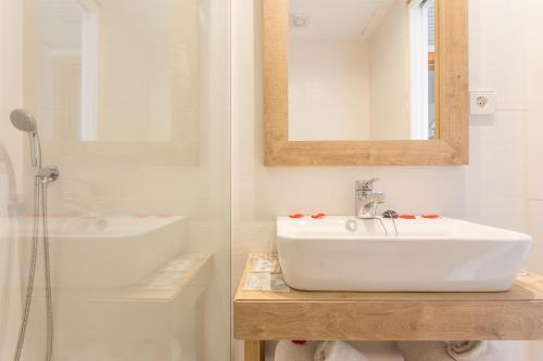 A bathroom at Apartamentos Ferrer Tamarindos