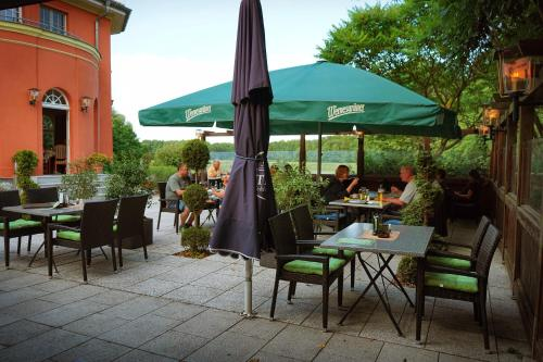 Ein Restaurant oder anderes Speiselokal in der Unterkunft Altes Gutshaus-Federow