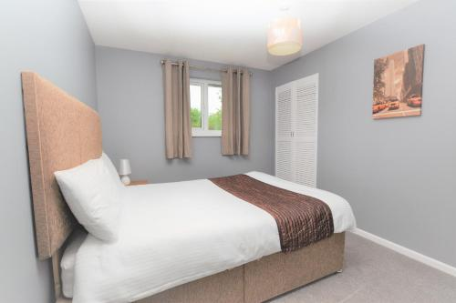 A bed or beds in a room at Orchard Avenue by Roomsbooked