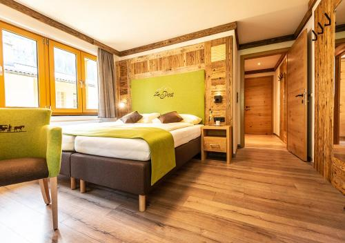 A bed or beds in a room at Zur Post