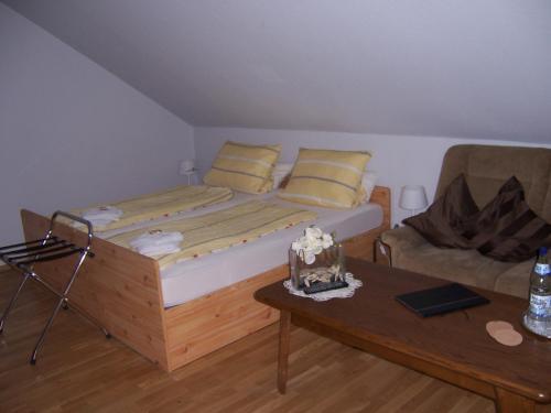 Ein Bett oder Betten in einem Zimmer der Unterkunft Gästehaus Schneider