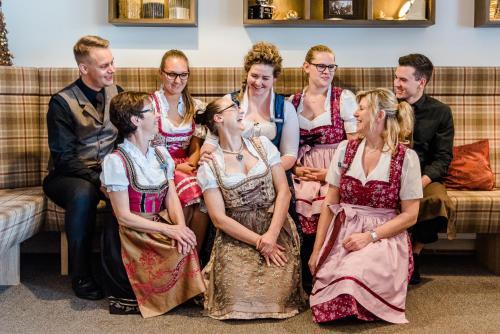 Eine Familie, die in der Unterkunft Romantik Hotel Ahrenberg übernachtet