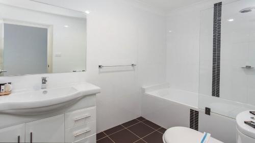 A bathroom at Bombo Views on Antrim