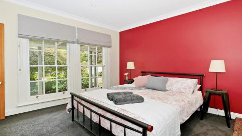 A bed or beds in a room at Range Haven - country entertainer with tennis court