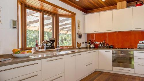 A kitchen or kitchenette at Velleron - short walk to Exeter general store