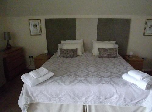 A bed or beds in a room at Ridgeland House