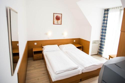 A bed or beds in a room at Hotel Geblergasse