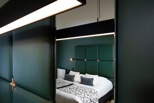 A bed or beds in a room at Le Colombier- Room service disponible