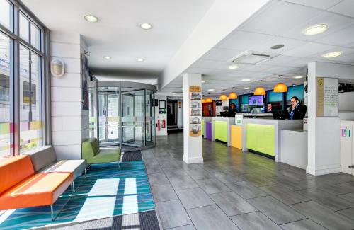 The lobby or reception area at ibis Styles London Excel