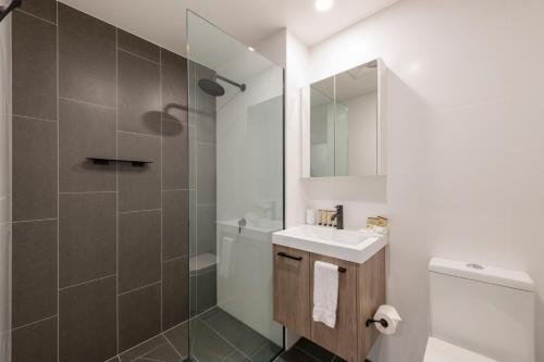 A bathroom at Astra Apartments Newcastle (Broadmeadow)