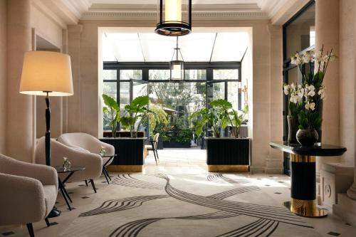 A seating area at Les Jardins du Faubourg Hotel & Spa by Shiseido