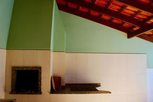 A kitchen or kitchenette at SOBRADO COM PISCINA EM MARISCAL