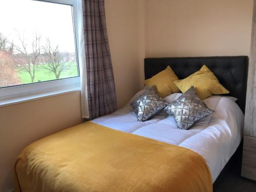A bed or beds in a room at Great City Centre Spacious Apartment Equiped for Business or Family Travel