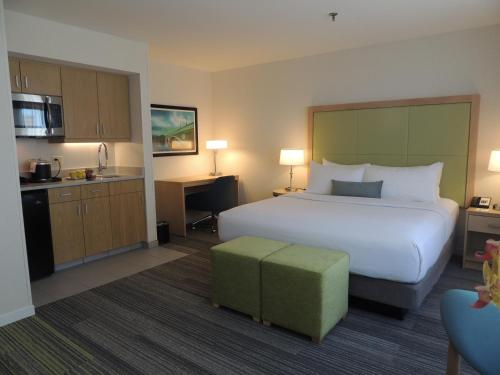 A bed or beds in a room at The Inn at Longwood Medical