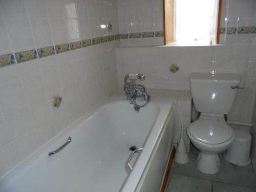 A bathroom at West Rew Farm Cottages