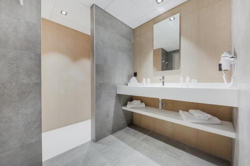 A bathroom at Domaine de Bayeux