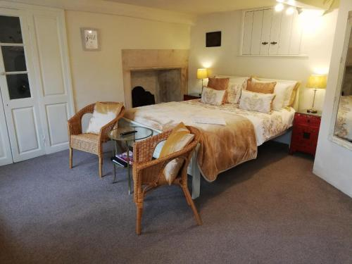 A bed or beds in a room at Longbridge House