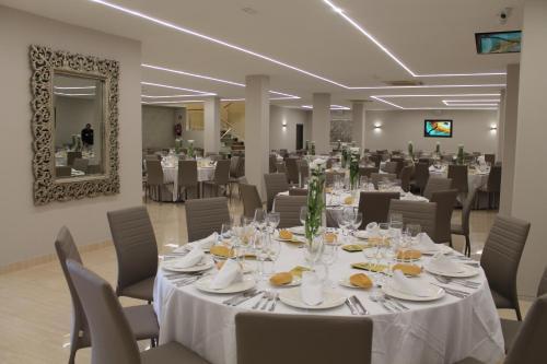 Un restaurante o sitio para comer en Hotel Paraiso