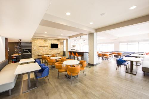 A restaurant or other place to eat at Hampton Inn & Suites Seattle-Downtown