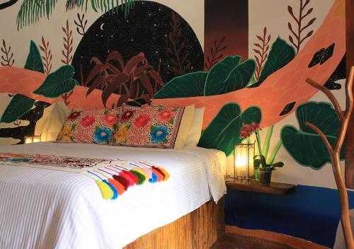 Ein Bett oder Betten in einem Zimmer der Unterkunft Hotel Zentik Project & Saline Cave