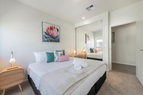 A bed or beds in a room at Astra Apartments Newcastle (Merewether)