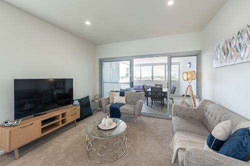 A seating area at Astra Apartments Newcastle (Merewether)