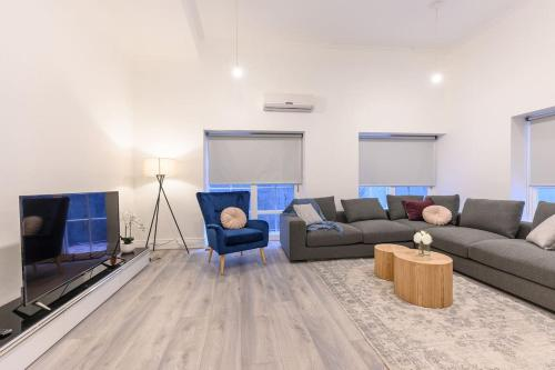 A seating area at Unique 3 Bedroom Central CBD Townhouse